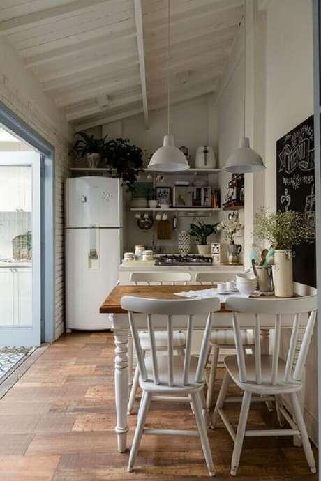 3. Mesa com cadeira branca para decoração de cozinha simples e pequena – Foto: Social Decoracion