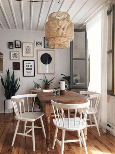 21. Decoração simples com cadeira de madeira branca para sala de jantar com pendente rústico – Foto: Pinterest