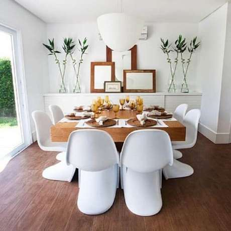 24. Invista em designs modernos para cadeira de plástico branca para sala de jantar moderna – Foto: ArchDaily