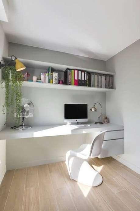25. Home office decorado com cadeira de plástico branca – Foto: Lumax Homes