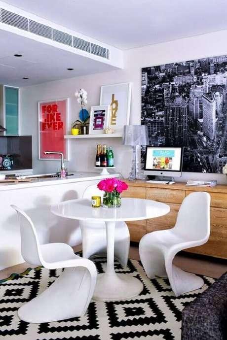 6. Sala de jantar pequena decorada com mesa e cadeira de plástico branca com design moderno – Foto: Pinterest
