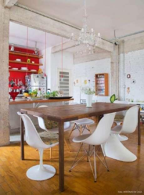 8. Invista em um jogo de cadeira branca com designs diferentes para a decoração da sua sala de jantar – Foto: Histórias de Casa
