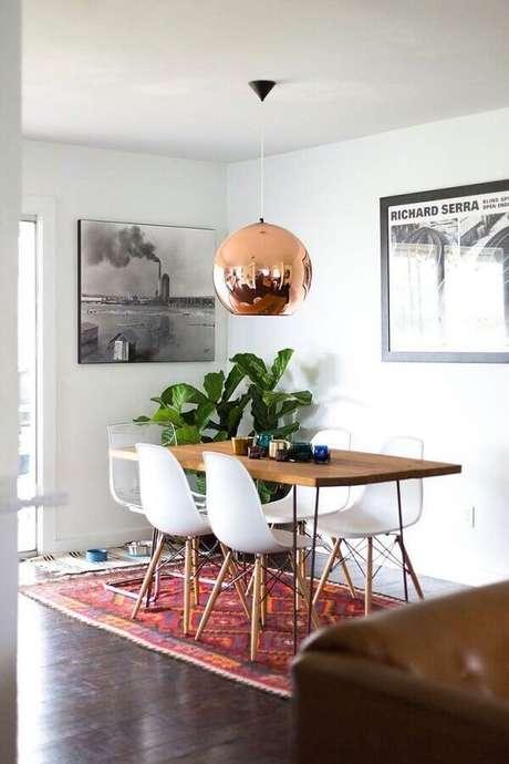 4. Decoração simples para sala de jantar com jogo de cadeira eames branca para mesa de madeira – Foto: Apartment Therapy