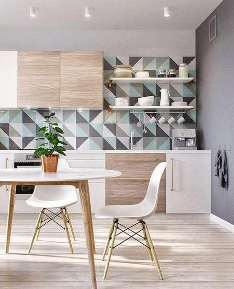 27. Sala de jantar moderna decorada com revestimento colorido e mesa com cadeira branca eames – Foto: ArchDaily