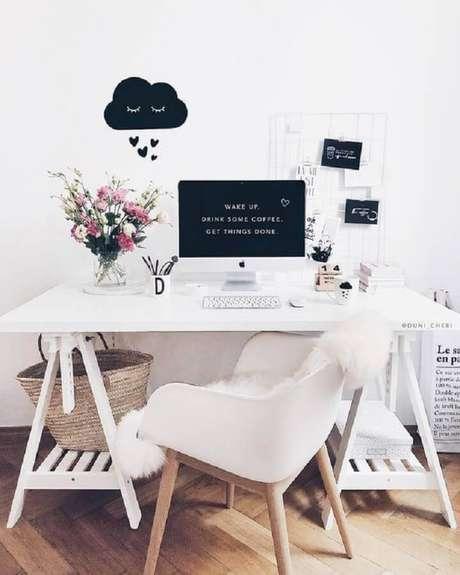 29. Cadeira branca para home office simples e pequeno – Foto: Blog Estilo Proprio By Sir