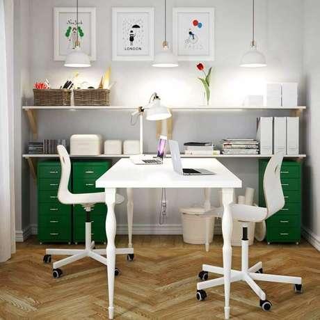 32. Decoração para escritório simples com cadeira giratória branca – Foto: My Fashion Life