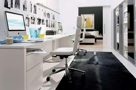 35. Escritório decorado com cadeira branca giratória – Foto: Apartment Therapy