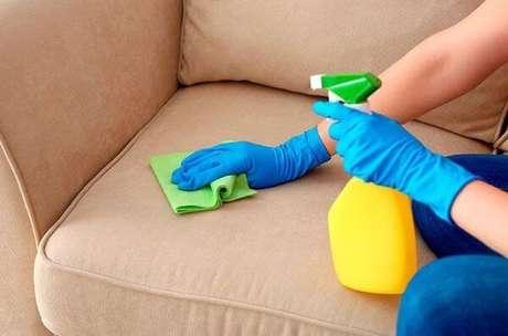 1. Aprenda como fazer a limpeza de sofá em casa – Via: Pinterest