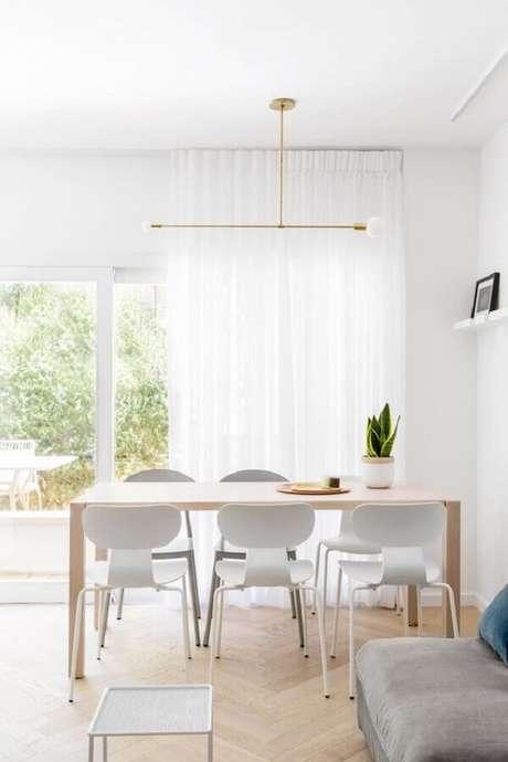 37. Decoração clean e minimalista com mesa com cadeira branca para sala de jantar – Foto: Decostore