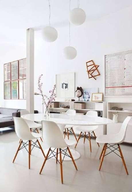 38. Decoração clean com cadeira eames branca para sala de jantar com mesa oval – Foto: ArchDaily