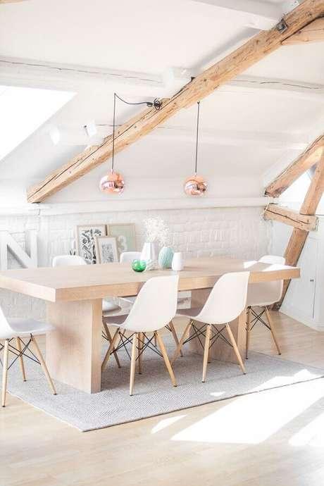 39. Decoração clean com cadeira eames branca para sala de jantar com pendente rose gold – Foto: Apartment Therapy