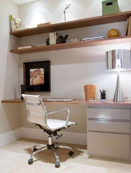 41. Decoração com cadeira para escritório branca giratória – Foto: Pinterest