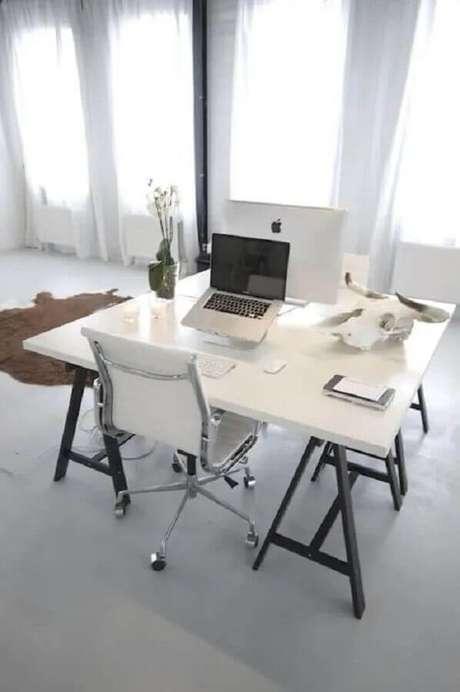 44. Decoração minimalista para home office com cadeira giratória branca – Foto: Decostore