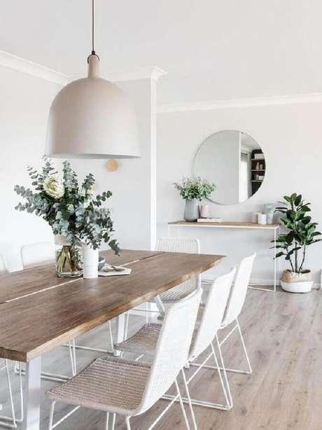 45. Sala de jantar minimalista decorada com cadeira branca e mesa de madeira – Foto: Lumin Lamp House