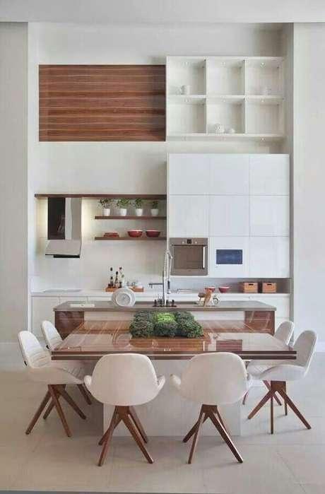 46. Decoração moderna com cadeira branca para sala de jantar com mesa de madeira quadrada – Foto: Apartment Therapy