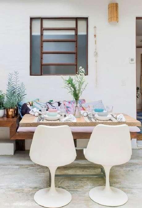 47. Decoração simples com cadeira de plástico branca – Foto: Histórias de Casa