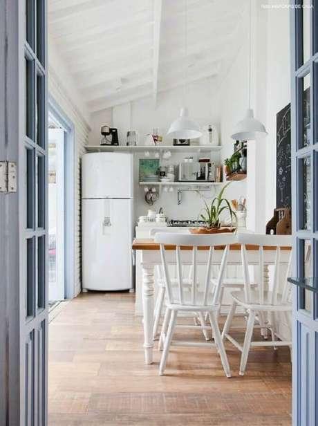 48. Decoração simples para cozinha com mesa com cadeira branca – Foto: Histórias de Casa