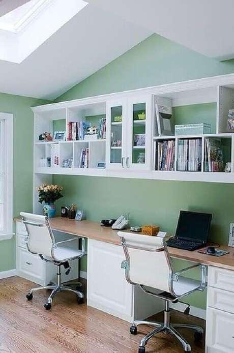 49. Decoração simples para escritório verde com cadeira giratória branca – Foto: Sand and Sisal