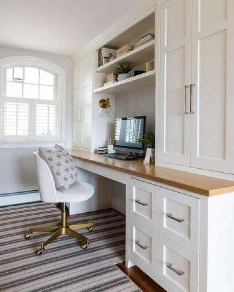 51. Decoração para home office planejado com cadeira branca giratória com base dourada – Foto: Schoolhouse