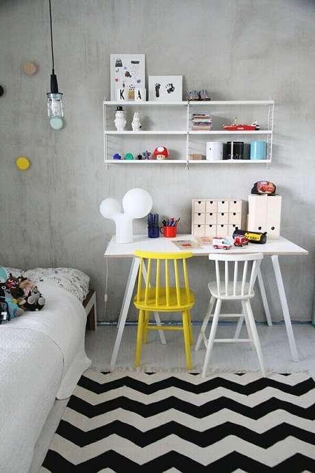 52. Decoração simples para quarto com cadeira branca e amarela – Foto: Casinha Colorida