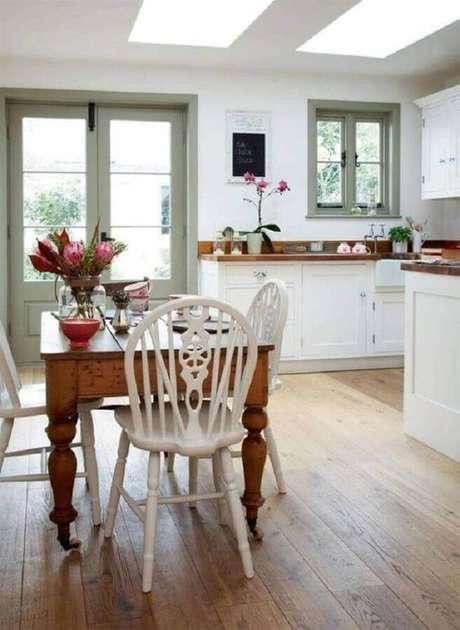 54. Decoração simples com mesa com cadeira branca para cozinha – Foto: Dagmar Bleasdale
