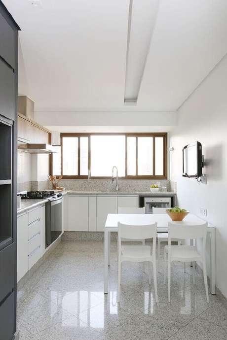 55. Mesa com cadeira branca para decoração de cozinha planejada – Foto: Casa de Valentina