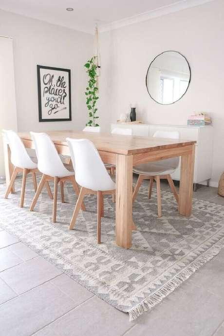 59. Mesa com cadeira branca para sala de jantar clean com espelho redondo – Foto: ShopYourLikes