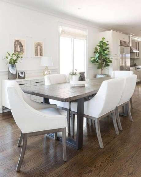 58. Mesa com cadeira branca estofada para sala de jantar com mesa de madeira rústica – Foto: South Cone Home