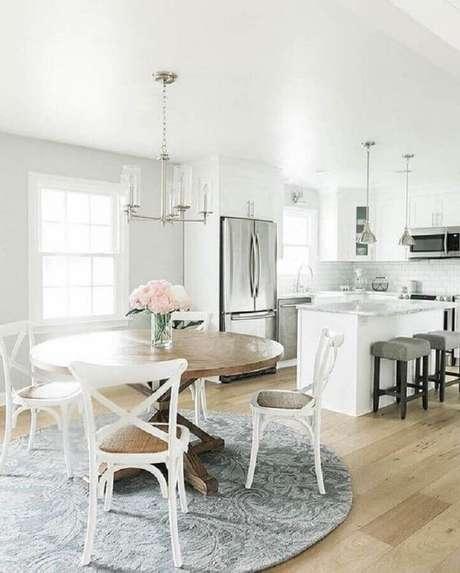 61. Cadeira de madeira branca para sala de jantar integrada com cozinha com decoração clássica – Foto: Pinterest