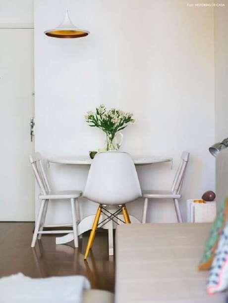 2. Entenda quais são as suas necessidades antes de comprar a cadeira branca – Foto: Histórias de Casa