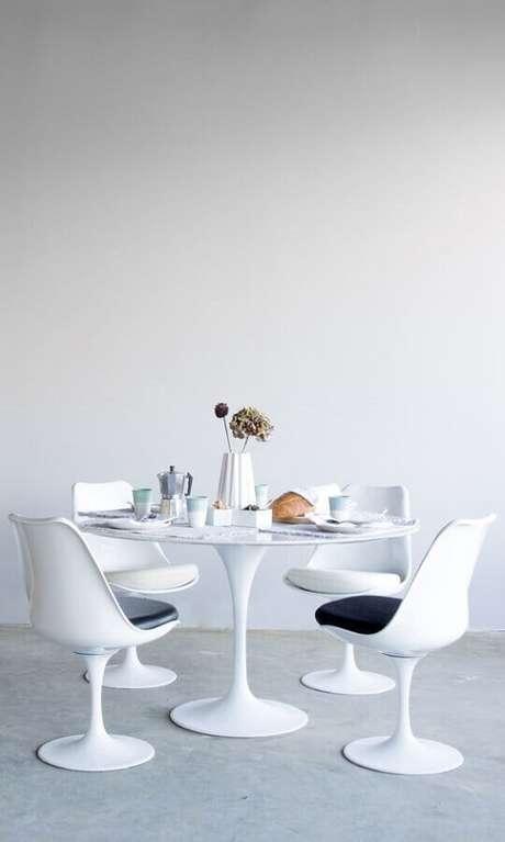 62. Mesa redonda com cadeira de plástico branca – Foto: Rove Concepts
