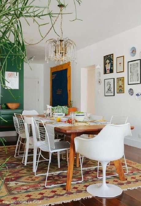 65. Sala de jantar decorada com cadeira branca diferentes – Foto: Histórias de Casa