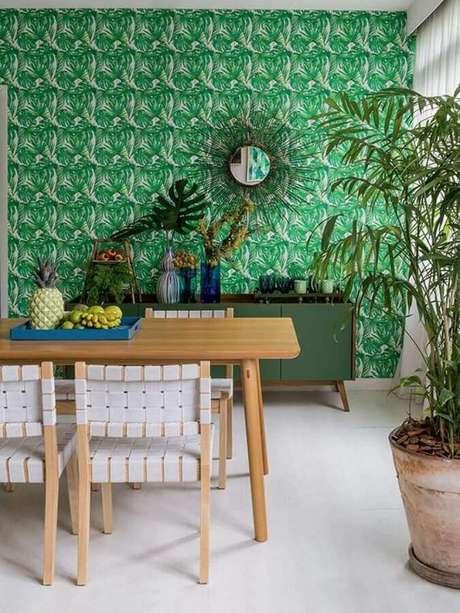 66. Cadeira de madeira branca para decoração de sala de jantar com papel de parede verde – Foto: Homedit