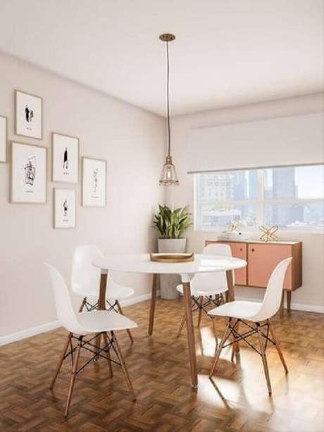 67. Cadeira eames branca para decoração de sala de jantar com mesa redonda – Foto: Pinterest