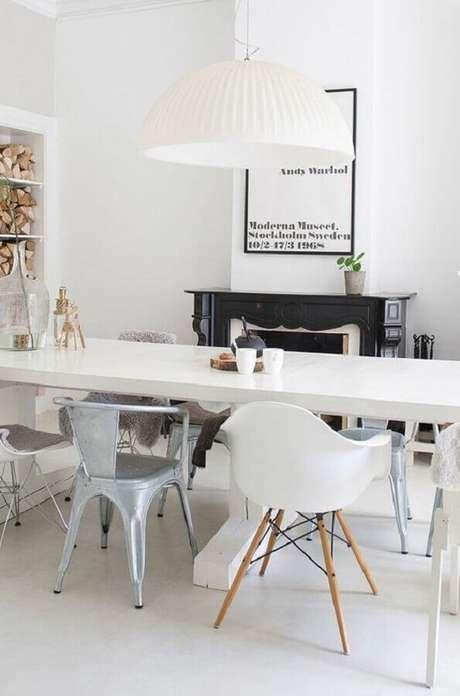 68. Invista em uma combinação de diferentes modelos de cadeira branca para sala de jantar – Foto: Pinterest