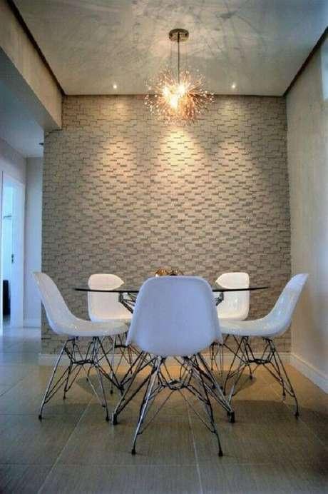 69. Sala de jantar decorada com revestimento 3D e cadeira branca para mesa redonda de vidro – Foto: Decostore