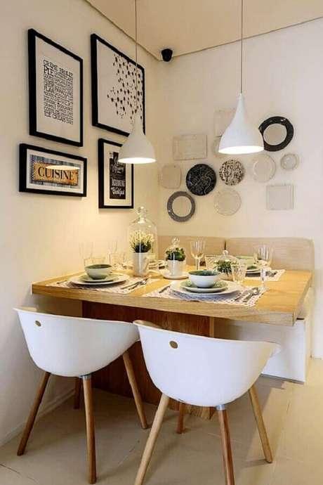 70. Sala de jantar pequena decorada com cadeira branca e vários quadros na parede – Foto: Simples Decoração