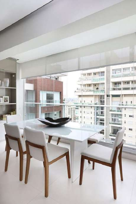 72. Varanda decorada com mesa com cadeira branca – Foto: Casa de Valentina
