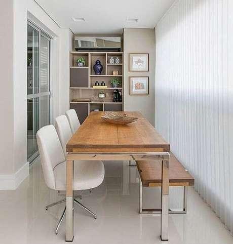 73. Mesa com cadeira branca e banco de madeira para decoração de varanda gourmet – Foto: Homedit