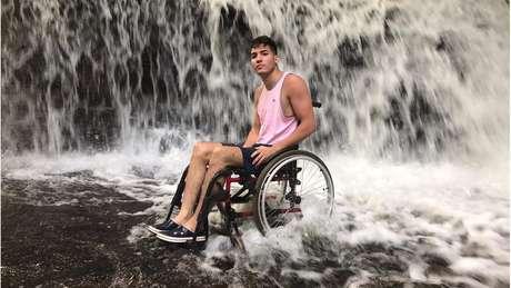 Foto em cachoeira, publicada na tarde de terça-feira (11), foi a primeira imagem em uma cadeira de rodas compartilhada pelo jovem