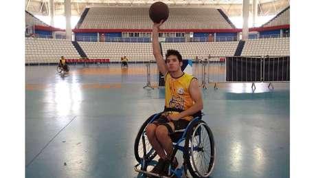 Há quatro meses, jovem começou a fazer basquete em time com outros cadeirantes e diz ter se apaixonado pelo esporte