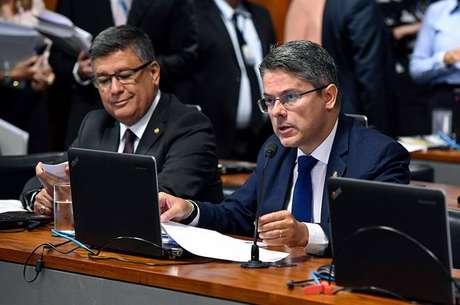 Relator da proposta na comissão, Alessandro Vieira (Cidadania-SE) (à dir.), apresentou novo substitutivo