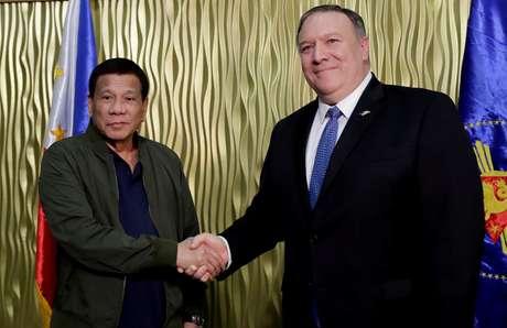 Presidentefilipino, Rodrigo Duterte, e o secretário de Estado dos EUA, Mike Pompeo, se cumprimentam em Manila 28/02/2019 Marquez/Pool via REUTERS
