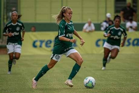 A lateral-direita Isabella marcou dois golaços em cobranças de falta no Barradão (Rebeca Reis/SE Palmeiras)