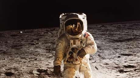 Buzz Aldrin andando na Lua, em 20 de julho de 1969; Nasa pretende voltar à superfície lunar em 2024