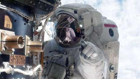 Astronauta americano Mike Fossum em trabalho de manutenção na Estação Espacial Internacional; profissionais passam por extenso treinamento para chegar lá