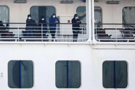 Pssageiros usanso máscaras são vistos no navio Diamond Princess, em Yokohama 13/02/2020 REUTERS/Kim Kyung-Hoon
