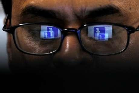 Logotipo do Facebook refletido em óculos de leitor. 1/4/2019. REUTERS/Akhtar Soomro