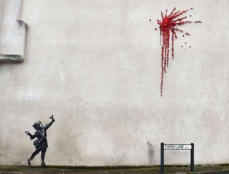 Mural atribuído a artista Banksy em Marsh Lane, Bristol 13,/2/2020 REUTERS/Rebecca Naden