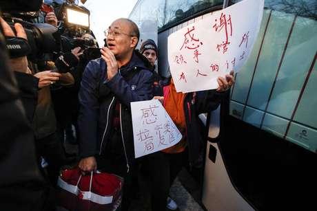 Turistas chineses deixam o Instituto Lazzaro Spallanzani, em Roma